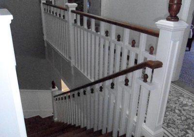Schody białe - balustrada biało-brązowa