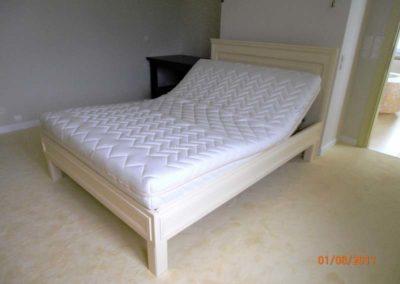Łóżko do sypialni z regulowanym podgłówkiem